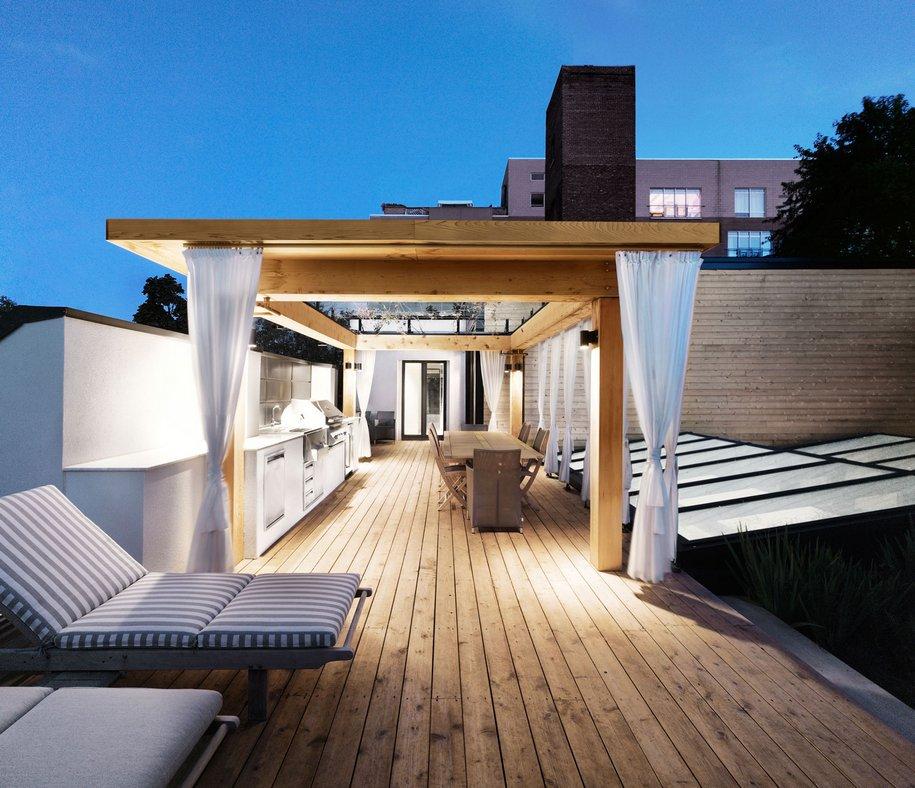 Современная городская хижина с большой террасой на крыше
