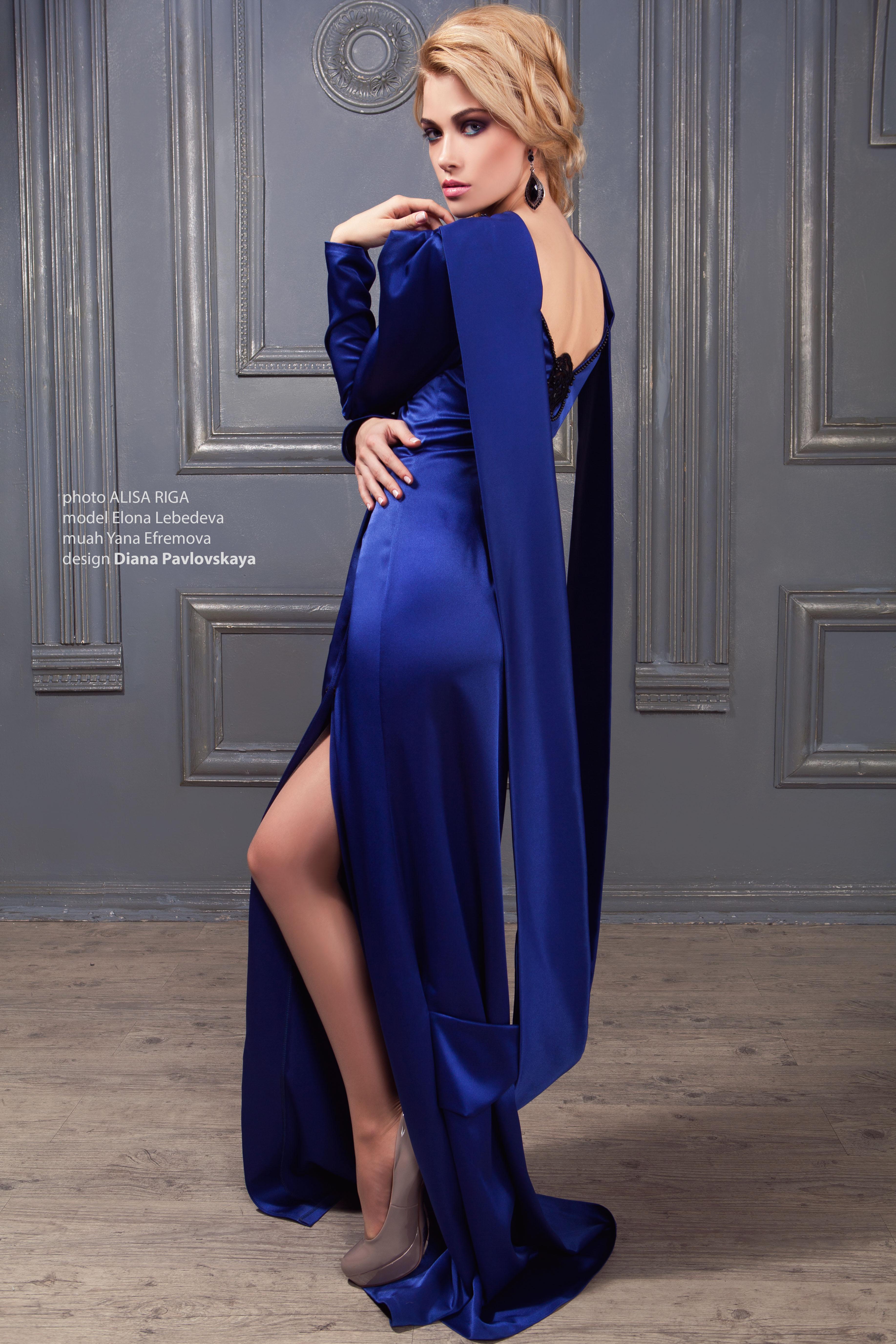 Платье с открытой спинкой и разрезом