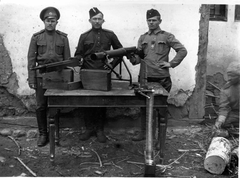 Летчики у пулеметов. 1917.jpg