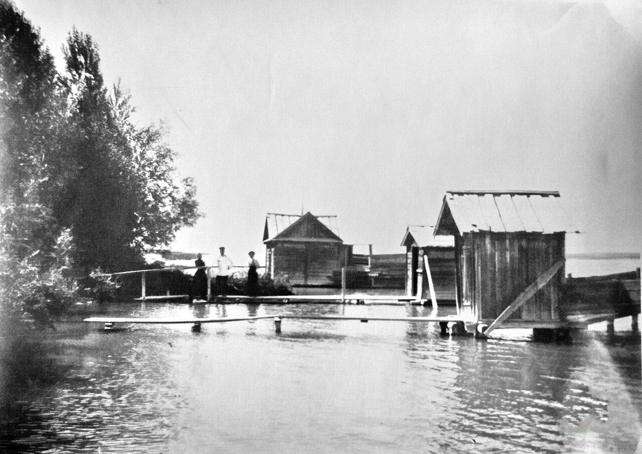 На берегу озера Иссык-Куль.1915 год