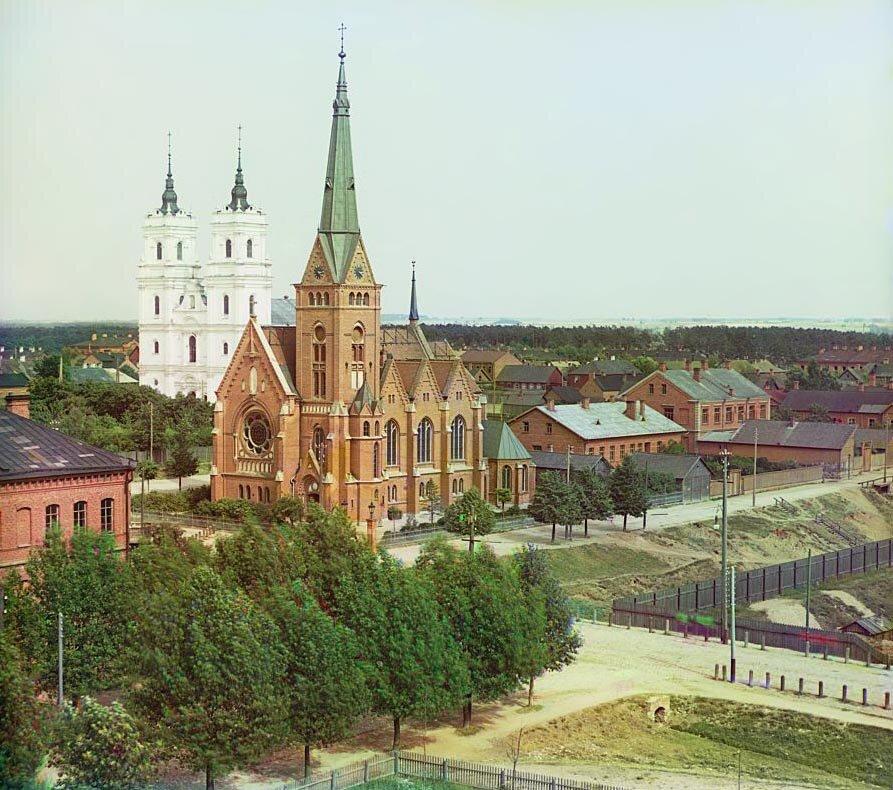 Лютеранская церковь (на переднем плане) и католический костел. 1912