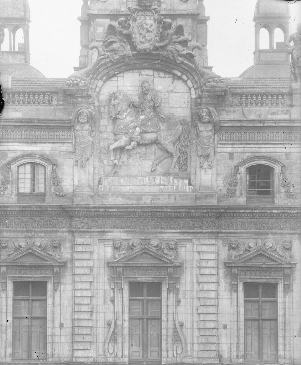 Барельеф Генриха IV на фронтоне