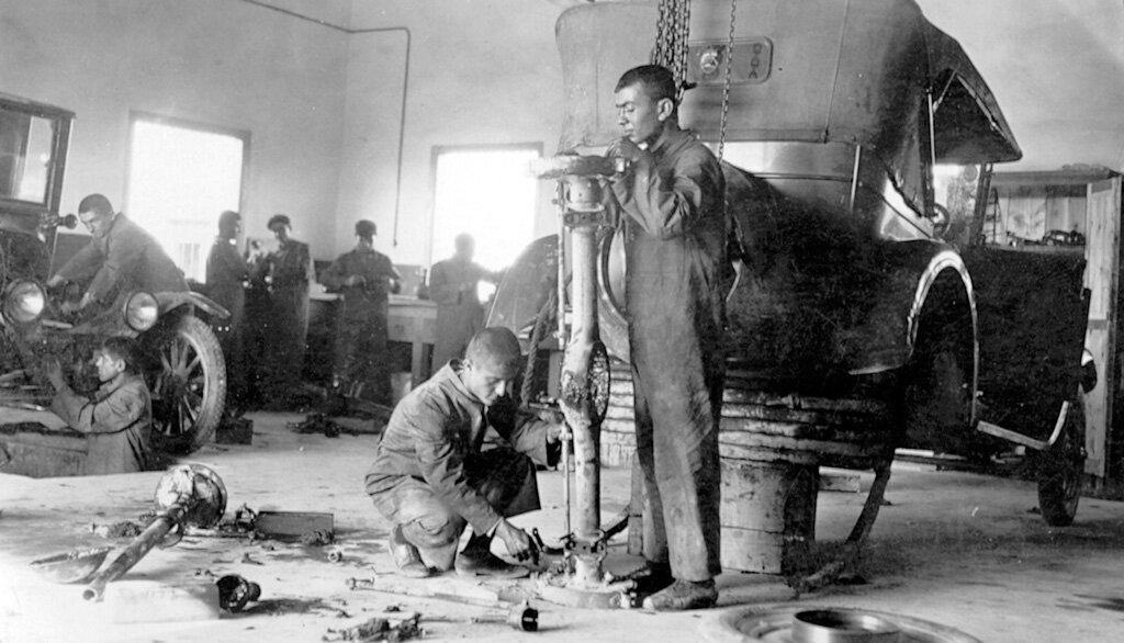 Ученики в механической мастерской института Мелконяна, Никосия,1926 г.