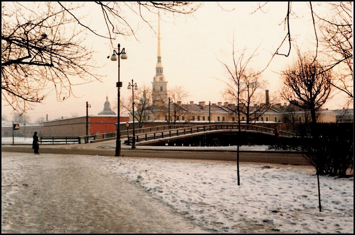 Петропавловская крепость за мостом.