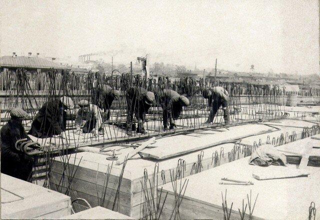 Укладка арматуры в балках пролетной ст… правобережной эстакады Май 36г.