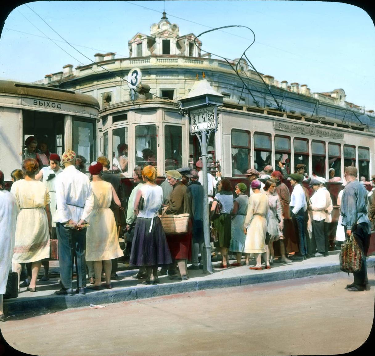 Москва. Уличная сцена, толпа людей на трамвайной остановке