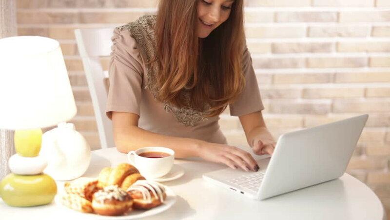 русская девушка мастурбирует на работе на вебку