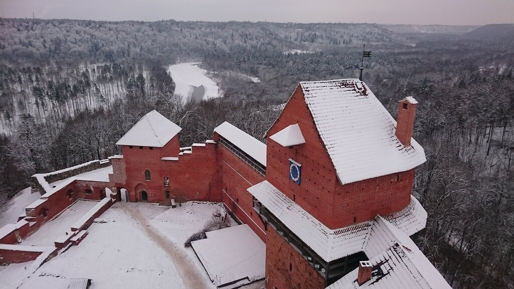Турайдский замок и заснеженная Балтика