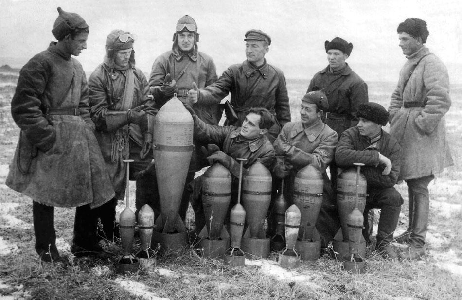 Авиаторы ВВС ОДВА позируют на аэродроме с фугасными бомбами АФ-32, АФ-82 (одна штука) и осколочными ОФ-8 с штыревыми взрывателями для подрыва над землей. Вскоре эти бомбы были сброшены на Маньчжурию.jpg
