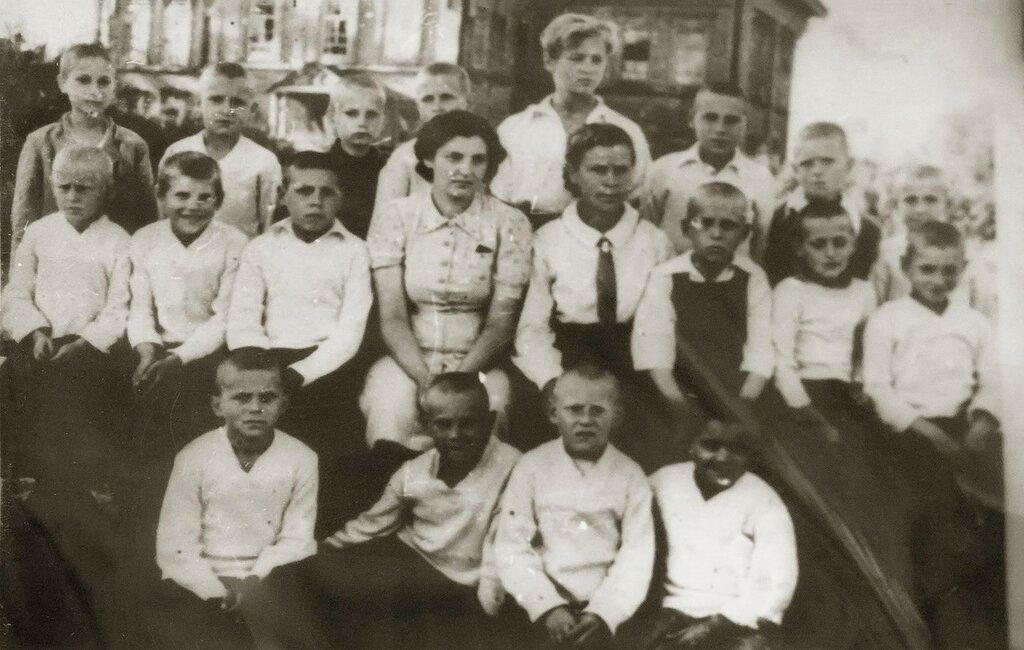Группа мальчиков, эвакуированных в Большой Менгер. 1944