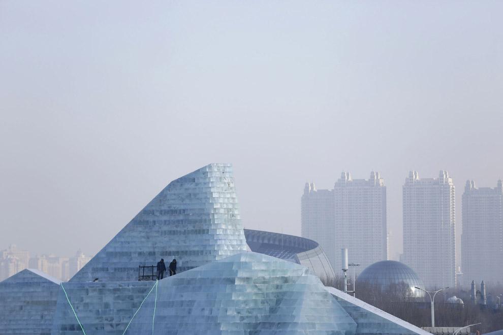 9. Многие ледяные строения воссоздают реальные известные здания по всему миру. (Фото Aly Song |