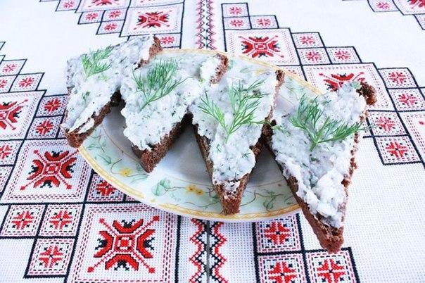 В качестве чудесного дополнения к борщу можно подать аппетитный паштет из сала на черном хлебе.