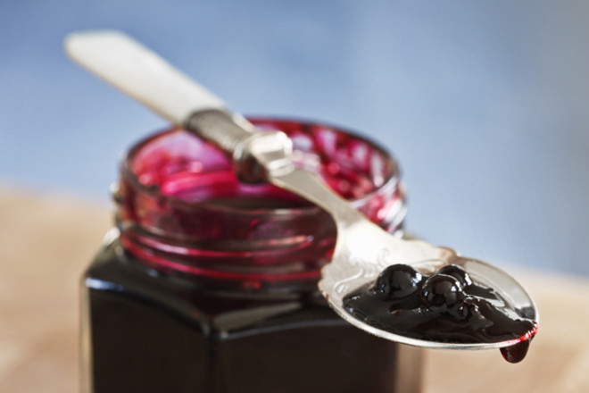 Чем опасна?Перезревшие ягоды при брожении выделяют цианид. В старину существовало поверье, что