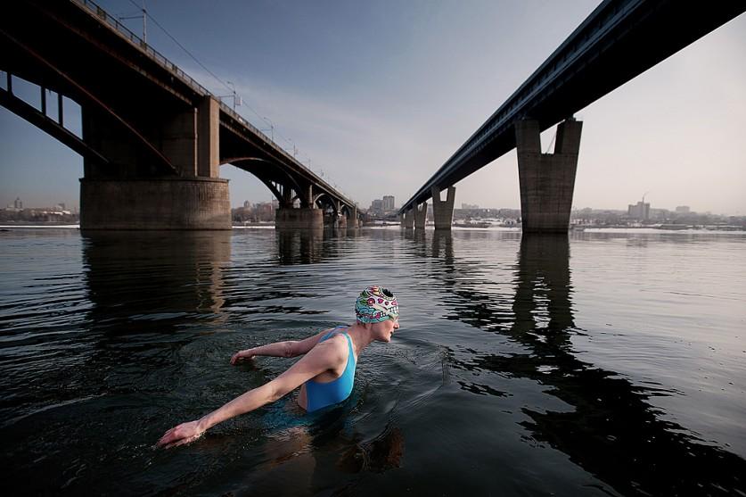 «Зимнее плавание на реке Обь 1 апреля 2015 года. Чтобы снять этот кадр, мне пришлось зайти в воду по