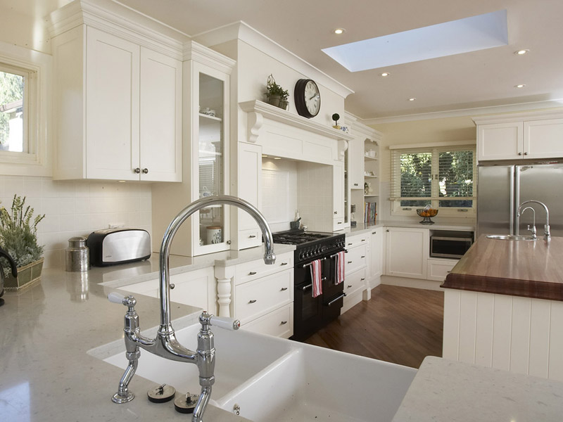 Дизайн кухни в светлых оттенках фото 4