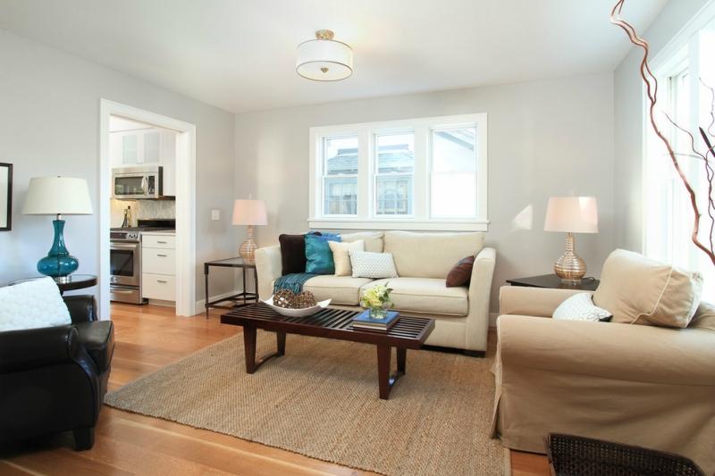 Дизайн интерьера гостиной в светлых оттенках фото 12