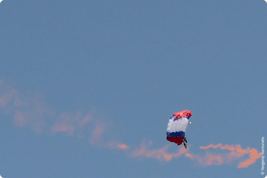 парашютист с дымовой шашкой в небе Бурятии