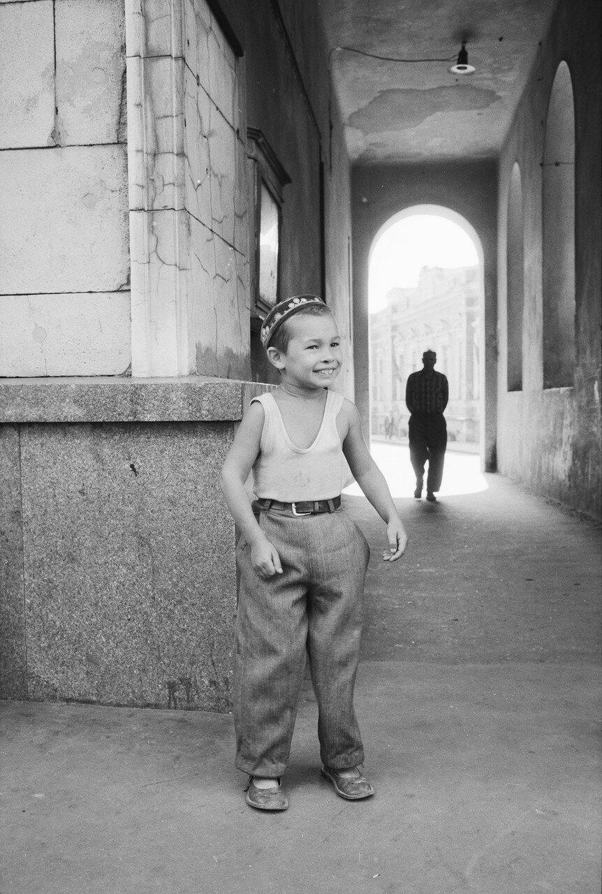 Мальчик в проулке