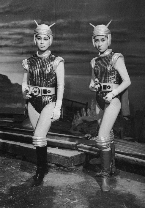 Hiroki Kai and Reiko Kasahara on the set of Gamera vs. Guiron.jpg