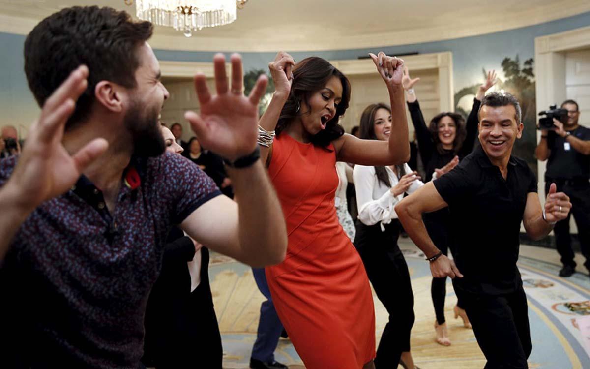 Первая Леди Мишель Обама танцует конгу во время студенческого симпозиума в Белом Доме.