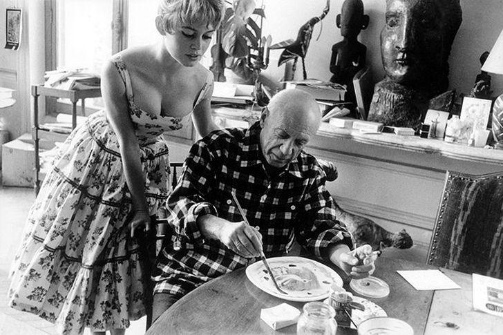 15. Актриса Брижит Бардо наблюдает за работой Пабло Пикассо (1956)