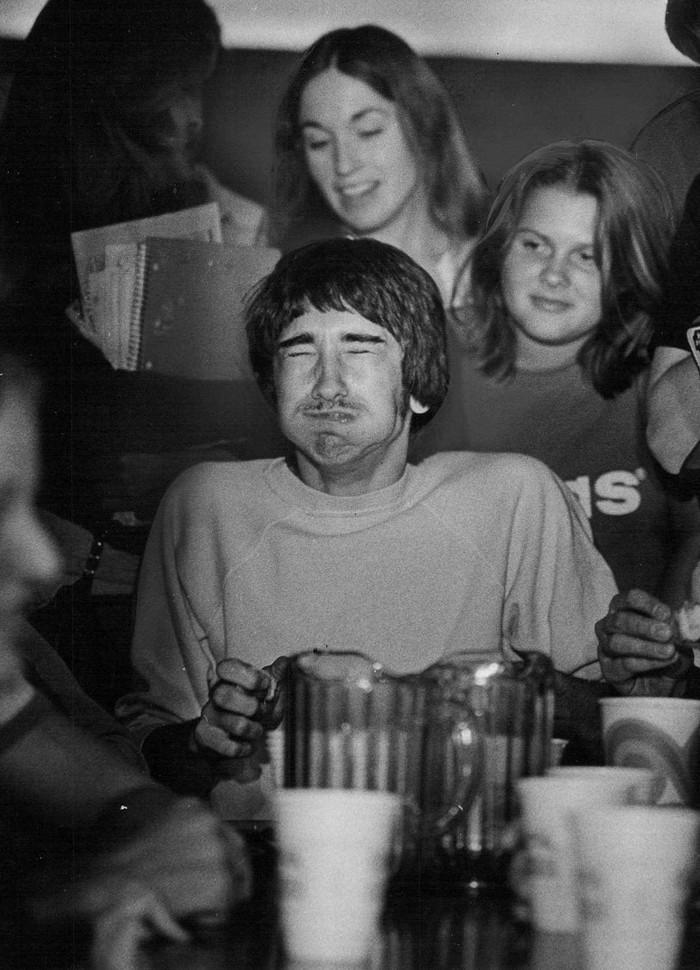 18. 20 апреля 1978 года. Дэйв Восе кривится перед победой в конкурсе по поеданию пищи, состоявшемся