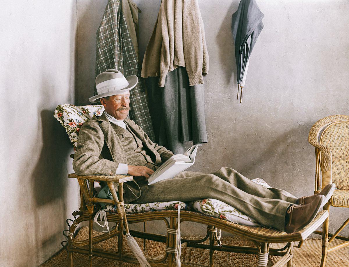 Лорд Карнарвон, финансировавший раскопки, читает книгу на веранде дома Картера возле Долины Царей.