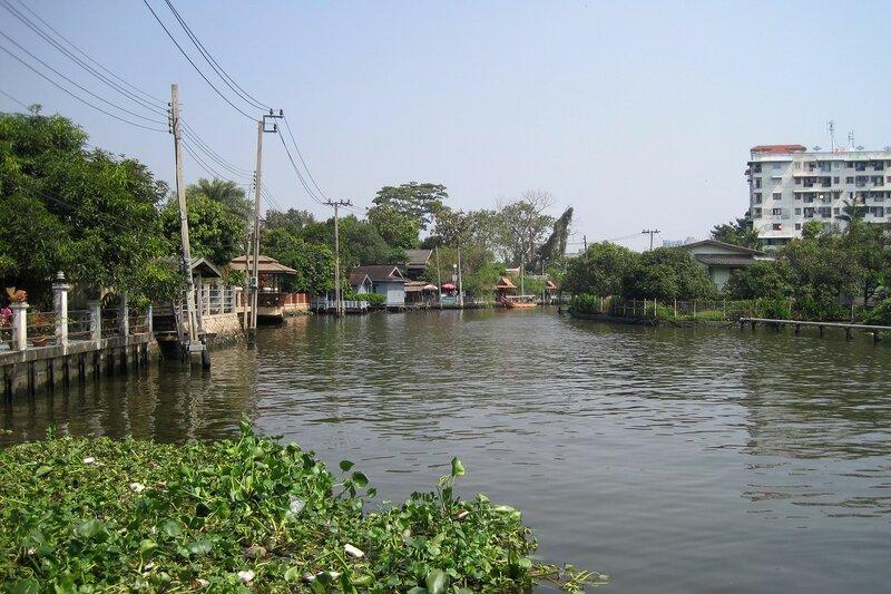Канал (клонг) в Бангкоке, рядом с плавучим рынком Талинг Чан