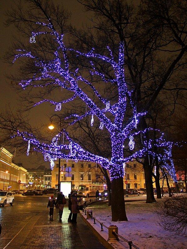 Музыкальное дерево со светящимися ветвями и висящими нотками на площади Искусств (у Итальянской улицы) в Санкт-Петербурге