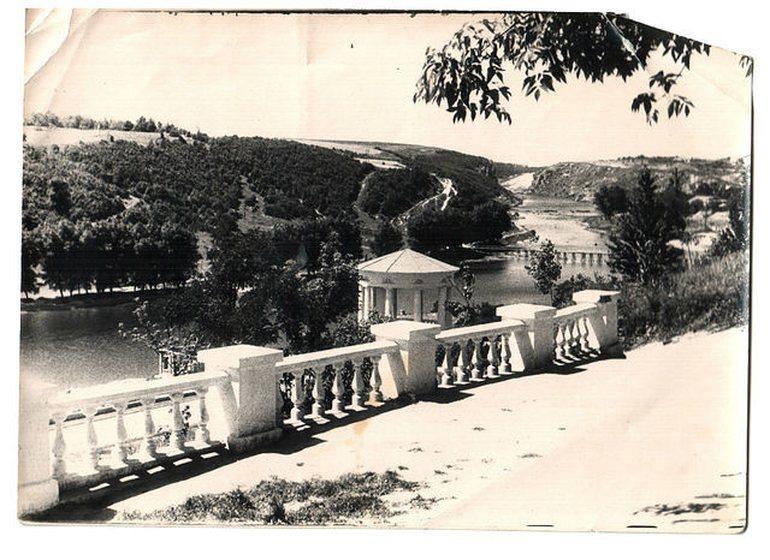 Смотровая площадка, вид на р. Тетерев,справа виден временный мостик на городской пляж.