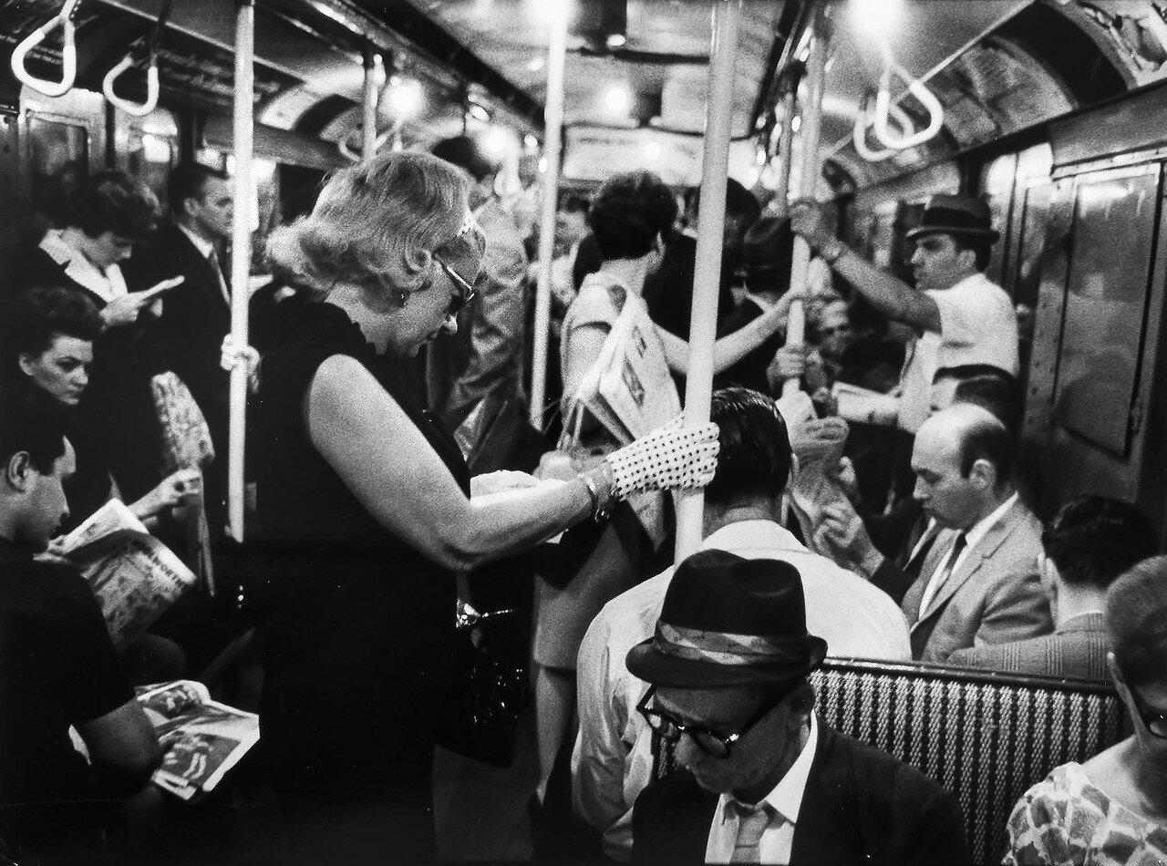 1966. Пассажиры в метро на линии Квинс-Манхэттен, Нью-Йорк