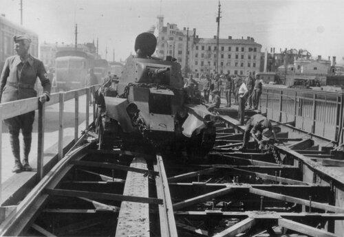 Оставленный на Понтонном мосту танк БТ-7 обр. 1937 г. из 12-го мк. Рига, лето 1941 года.