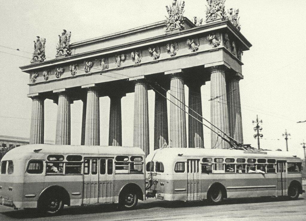 1960 Ленинград. Троллейбус с прицепом у Московских ворот.jpg