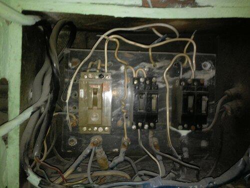 Вызов электрика аварийной службы в квартиру после насильственного отключения электроснабжения управляющей компанией