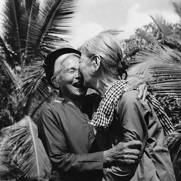 Пожилые женщины празднуют объединение Северного и Южного Вьетнама. (1975г.)