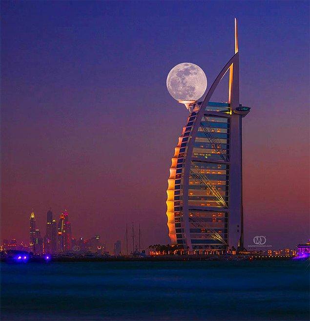 Луна на вершине небоскреба