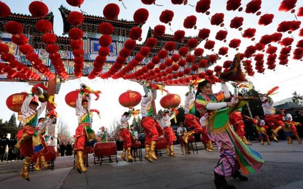 Танец дракона на праздновании Китайского Нового года в китайском квартале в Маниле, Филиппины