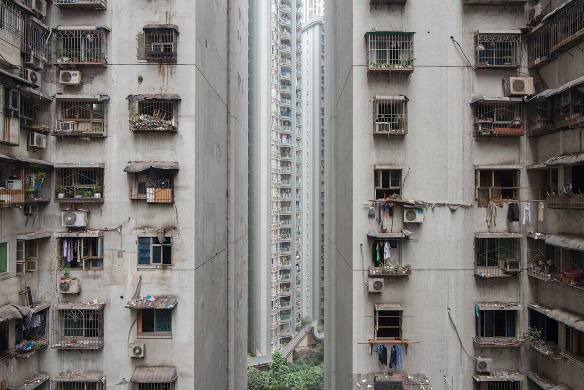 Этот фоторепортаж был призван показать, насколько дисгармонично все устроено в городе: холодные блок