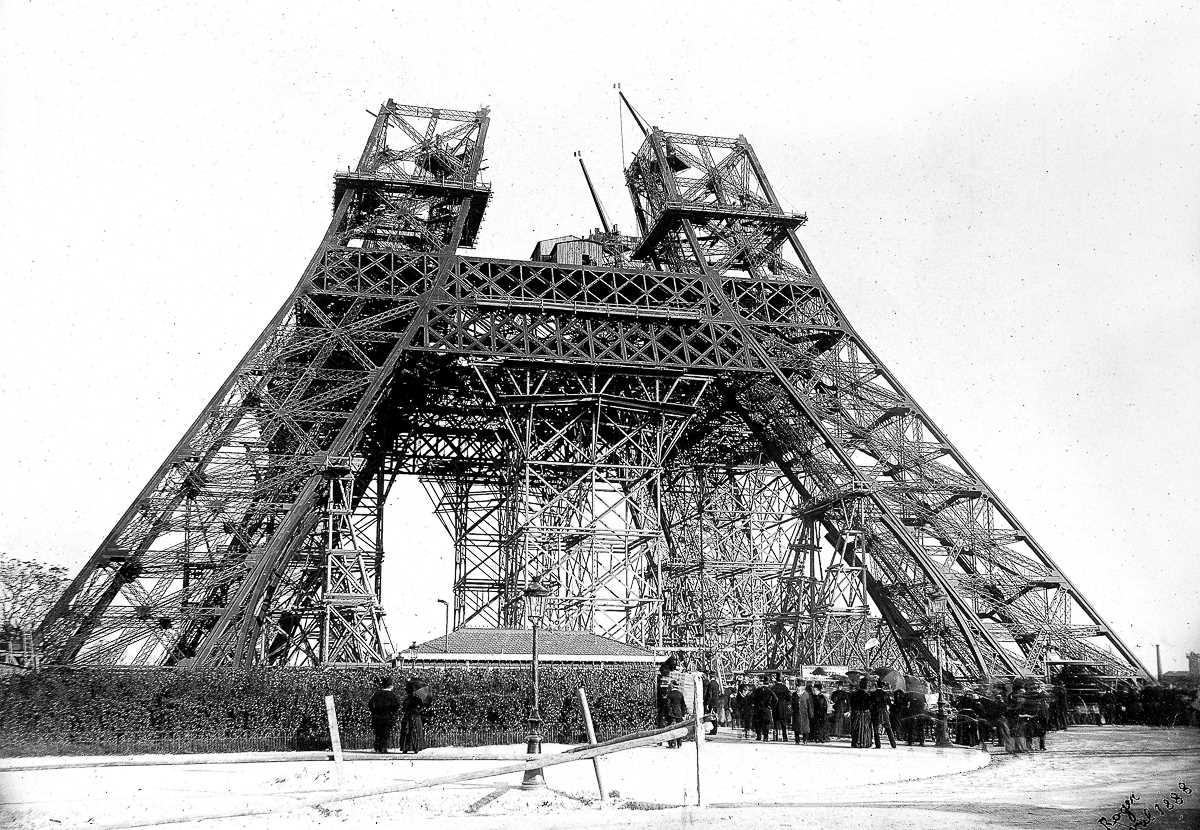 31 марта 1889 года Эйфель отпраздновал завершение основной части работ, проведя экскурсию по башне д