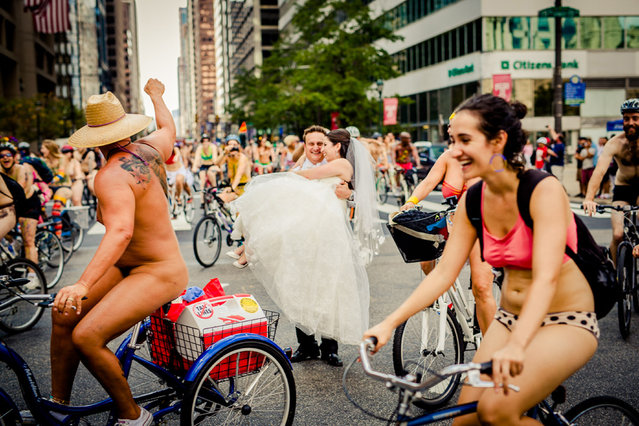 Naked bike ride messes up couples wedding photo. (Photo by Caters News Agency/ISPWP)