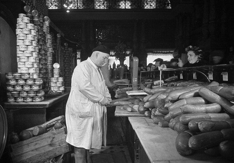 433672 Продажа колбасных изделий в Елисеевском магазине 1952.jpg