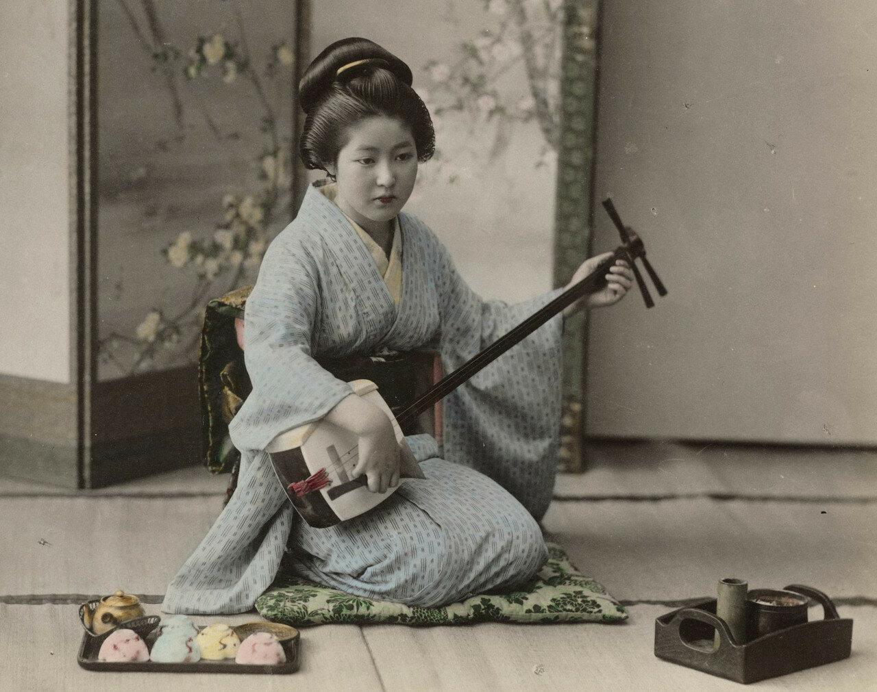 Женщина играет на сямисэне