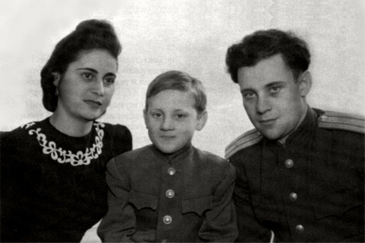 1947. Евгения Степановна Лихалатова («мама Женя»), Володя и Семен Владимирович Высоцкий в г.Эберсвальде, Германия
