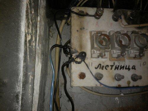 Срочный вызов электрика аварийной службы после обрыва магистрального нуля в подъезде многоквартирного дома
