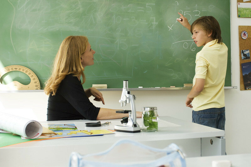 Учительница ласкает ученика на уроке