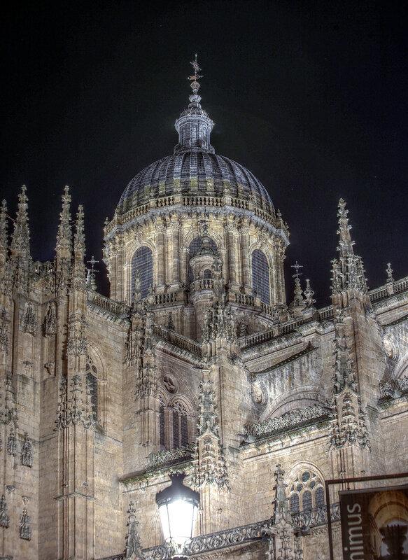 Ночная Саламанка. Кафедральный собор. Купол. HDR