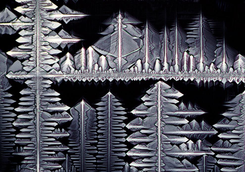 17. Кристаллы гексацианожелезо-кислого калия. Снимок увеличен в 40 раз и сделан Стефаном Эберхардом