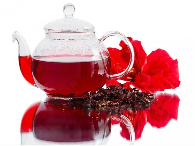Чай каркаде с приятной кислинкой обладает уникальной функцией — замедляет усвоение сахаров. Это