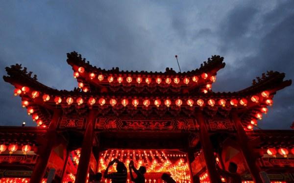 Храм в Куала-Лумпуре, украшенный фонариками к Новому году