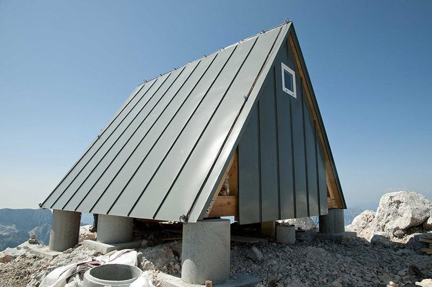 Покатые стены (они же крыша) предохраняют хижину от накапливания на ней снега.